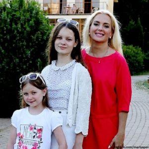 Подробнее: Мария Порошина взяла двух дочерей на фестиваль в «Орленке»