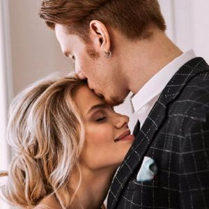 Подробнее: Никита Пресняков с женой Аленой  снялись в «свадебной фотосессии»