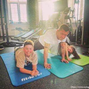 Подробнее: Павел Прилучный с детства приучает детей к спорту (видео)
