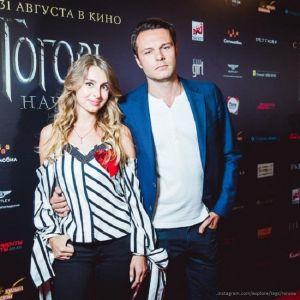 Подробнее: Впервые после развода Евгений Пронин пришел на премьеру с новой возлюбленной