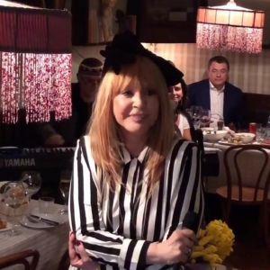 Подробнее: Алла Пугачева пригласила гостей на «День желтых цветов»  в уютный ресторан
