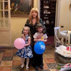 Подробнее: Алла Пугачева с детьми Лизой и Гарри трогательно поздравили с Пасхой поклонников