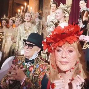 Подробнее: Алла Пугачёва в красной шляпке-цветке пришла поздравить Вячеслава Зайцева