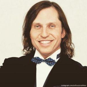 Подробнее: Александр Ревва обстриг свои длинные волосы
