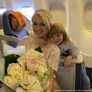 Подробнее: Яна Рудковская привезла чемоданы игрушек от поклонников сына