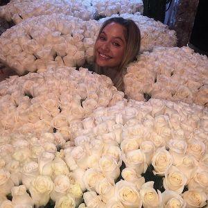 Подробнее: Наталье Рудовой тайный поклонник подарил миллион белых роз