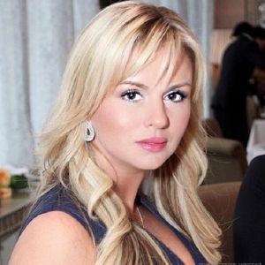 Подробнее: Анна Семенович продемонстрировала помолвочное кольцо
