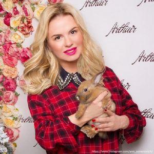 Подробнее: Анна Семенович показала фото своего первого жениха