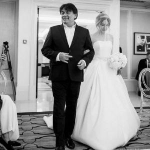 Подробнее: Дочь Александра Серова первый раз опубликовала свадебные фото с мужем