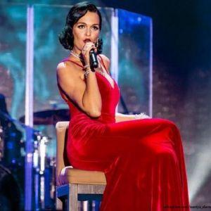 Подробнее: Певица Слава выступала на концерте со сломанной рукой