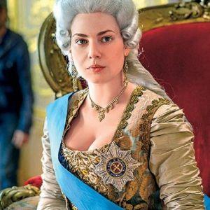 Подробнее: Юлия Снигирь просто «купалась» в образе императрицы