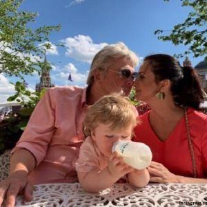 Подробнее: «Пришлось долететь до Мексики»: Екатерина Стриженова поздравила дочь с годовщиной свадьбы