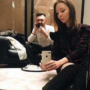Подробнее: Дочь  Сергея Шнурова, Серафима потеряла телефон на прощальном концерте отца