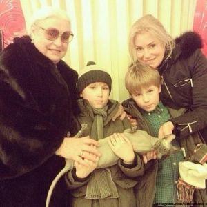 Подробнее: Мария Шукшина взяла сыновей на фестиваль в Испанию