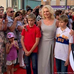 Подробнее: «Шукшинские глаза»: близнецы Марии Шукшиной  все больше напоминают знаменитого дедушку
