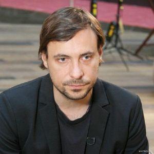 Подробнее: Евгений Цыганов снова весь в черном и немного не в духе