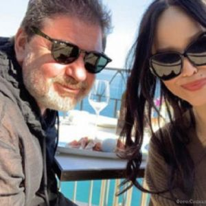 Подробнее: Александр Цекало хватает молодую жену за грудь на улице
