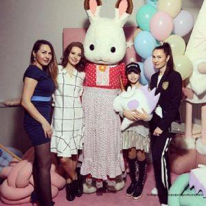 Подробнее: Юлия Такшина пришла на весенний праздник с подросшими сыновьями  Иваном и Федором