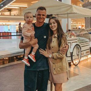 Подробнее: Дмитрий Тарасов показал свою жену в неглиже
