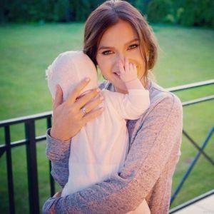 Подробнее: Елена Темникова взяла дочку в самолет ради шопинга