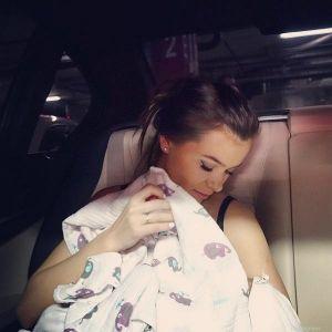 Подробнее: Елена Темникова повсюду таскает грудную дочку