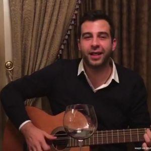 Подробнее: Иван Ургант поет под гитару (домашнее видео)