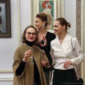 Подробнее: Екатерина Вилкова побывала на модном вернисаже