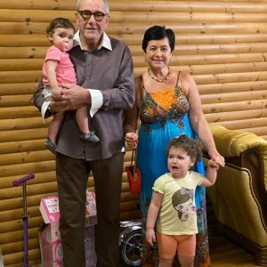 Подробнее: Эммануил Виторган с удовольствием играет с маленькими дочерьми