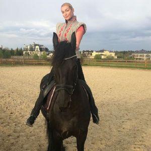 Подробнее: Анастасия Волочкова верхом на коне сделала шпагат