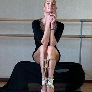 Подробнее: Анастасия Волочкова в бикини померила шпагатом свой хаммам