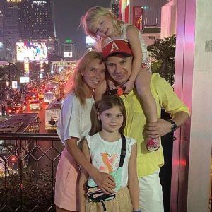 Фото Алексея Ягудина с семьей. Подробнее: Дочка Алексея Ягудина посадила папу в детскую коляску