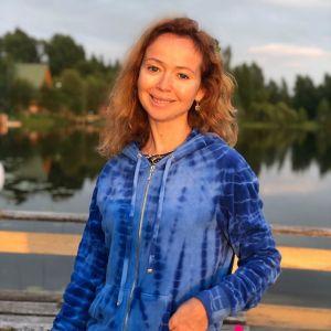 Подробнее: Елена Захарова оголила грудь во время купания