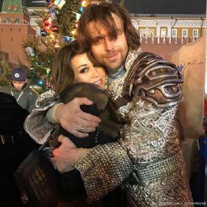 Подробнее: Петр Чернышев вынес годовалую дочку Анастасии Заворотнюк на лед