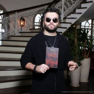 Подробнее: Алексей Чумаков настаивал, чтобы его фотографию убрали с обложки, а фамилию напечатали более...
